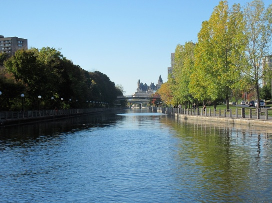 Rideaukanal und das Fairmont Château Laurier
