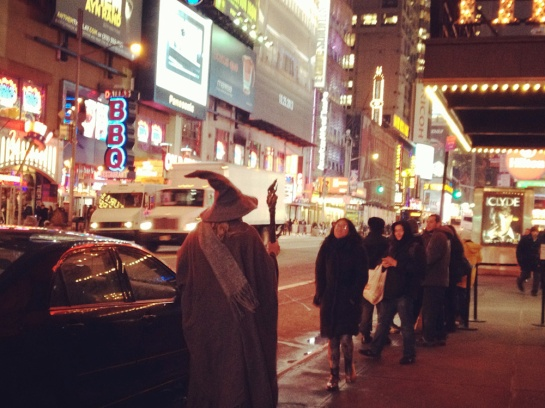 Gandalf wartet auf ein Taxi am Times Square - Gandalf waiting for cab on Times Square